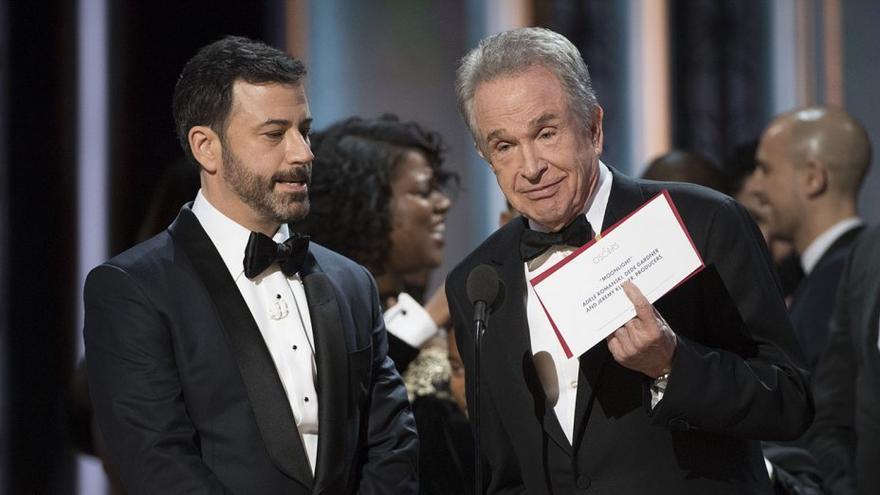 El presentador Jimmy Kimmel observa a Warren Beatty, que muestra a 'Moonlight' como ganadora de los Oscar 2017
