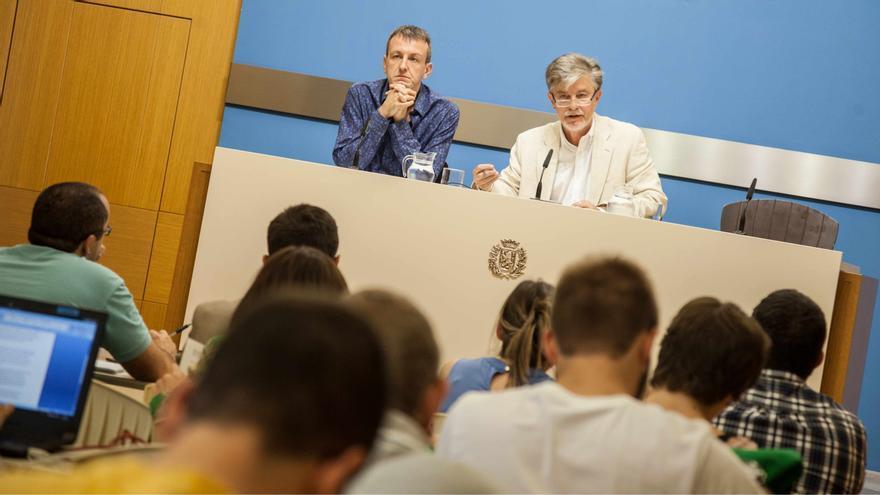 El alcalde, Pedro Santisteve (dcha), junto con el consejero de Economía, Fernando Rivarés.
