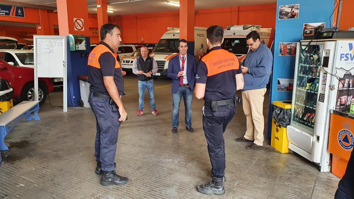 Miembros de Protección Civil de Santa Cruz de Tenerife con el entonces concejal de Seguridad Florentino Guzmán (PSOE)