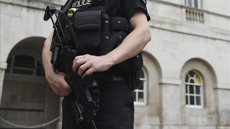Un francés acusado posesión de armas tras la evacuación de la terminal de Gatwick