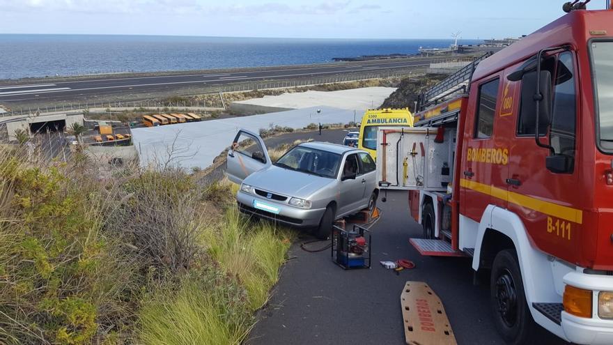 En la imagen, en vehículo accidentado y los recursos de emergencia.