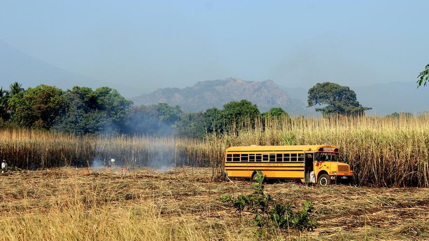 Autobús en La Zafra, Escuintla, Guatemala | Lionel Arnould vía Flickr