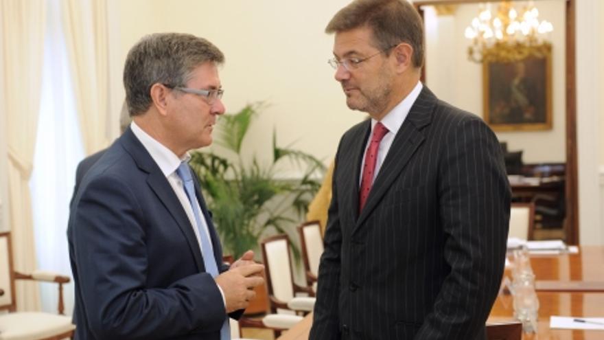 Vicente Guillén, con el ministro en funciones de Justicia, Rafael Catalá.
