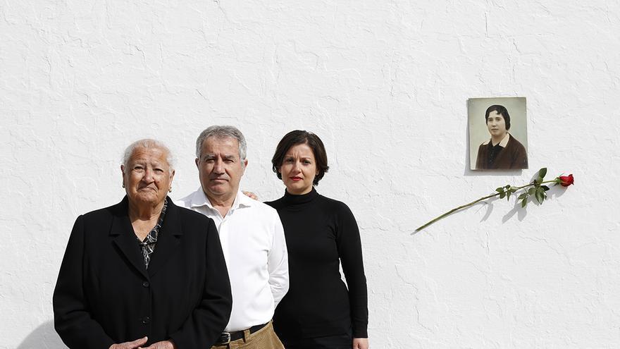 Familia de Ramona Navarro, una de las 17 rosas de Guillena. / MARCELO DEL POZO (CEDIDA POR ASOCIACIÓN NM)
