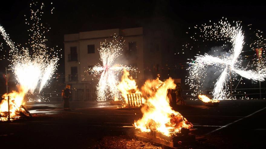 En la imagen, hogueras de San Juan en Puntallana. Foto: JOSÉ AYUT.