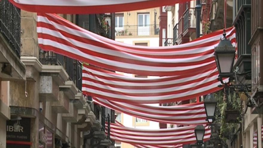 Bilbao engalanada de banderas rojiblancas para animar al Athletic, un día antes de final de la Copa del Rey