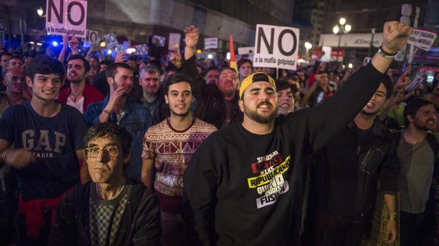 Centenares de personas se concentran en la Plaza de Canalejas, próxima al Congreso de los Diputados, para mostrar su rechazo a la investidura de Mariano Rajoy