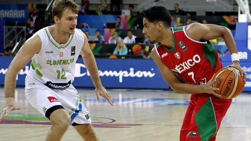 El alero de la selección de Eslovenia Zoran Dragic (i) defiende al base de la selección de México Jorge Gutiérrez (d), durante el partido de la segunda jornada de la Copa del Mundo de Baloncesto 2014. Efe.