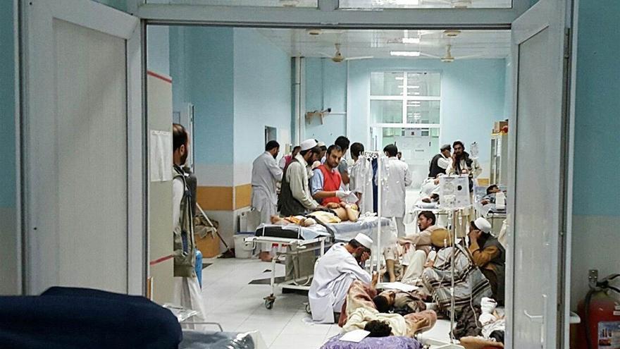 Médicos atienden a heridos tras el ataque estadounidense al hospital de MSF en Afganistán.
