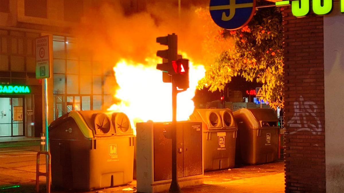 Imagen de archivo de un incendio de contenedores.