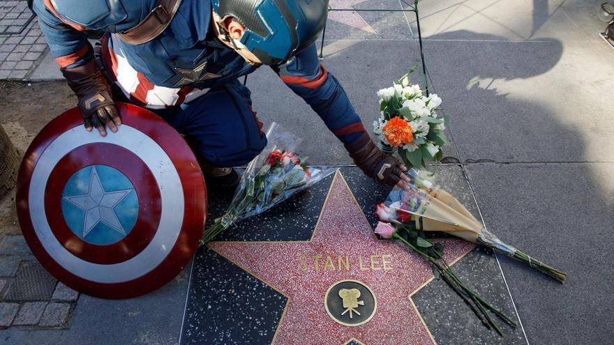 Un imitador del Capitán América observa el homenaje en la estrella del Paseo de la Fama a Stan Lee