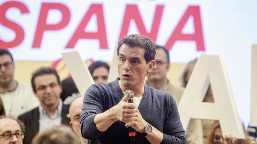 """Rivera tacha de """"chantaje"""" el manifiesto independentista y avisa a Sánchez de que """"el problema se extiende"""""""