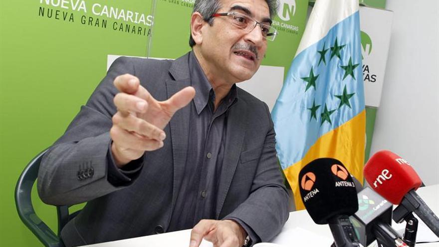 El presidente de Nueva Canarias (NC), Román Rodríguez, durante la rueda de prensa que ofreció hoy para informar sobre las enmiendas parciales de su partido al proyecto de ley de los presupuestos generales de la comunidad autónoma de Canarias para 2014. EFE/Elvira Urquijo A.