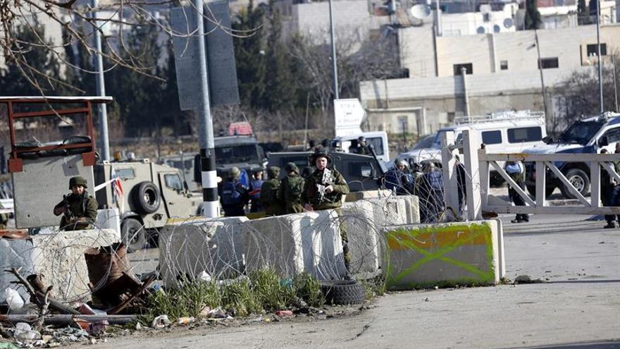 Un palestino muere por disparos de soldados israelíes en una redada en Hebrón
