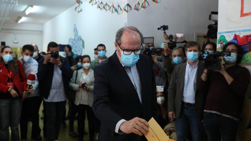 El candidato del PSOE a la Presidencia de la Comunidad de Madrid, Ángel Gabilondo ejerce su derecho a voto en el Colegio Joaquín Turina, a 4 de mayo de 2021, en Madrid (España). Un total de 5.112.658 madrileños están llamados a las urnas hoy 4 de mayo, lo