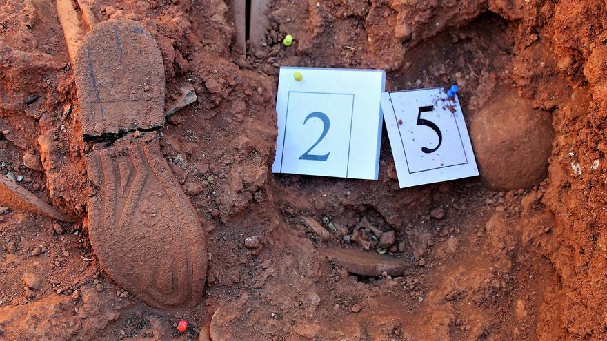 Suelas de zapato y restos óseos en la tumba de los mineros. | JUAN MIGUEL BAQUERO