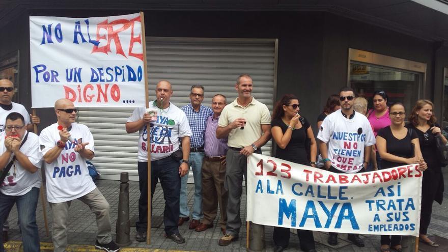 Trabajadores de Maya concentrados a las puertas del centro de Juan Manuel Durán en Las Palmas de Gran Canaria.