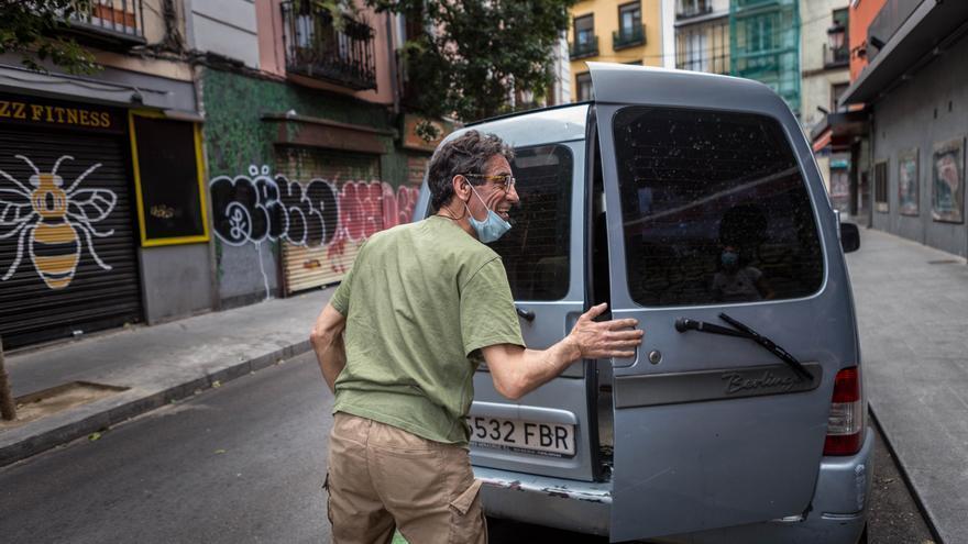 Mariano recogiendo donaciones de pescado para el banco de alimentos