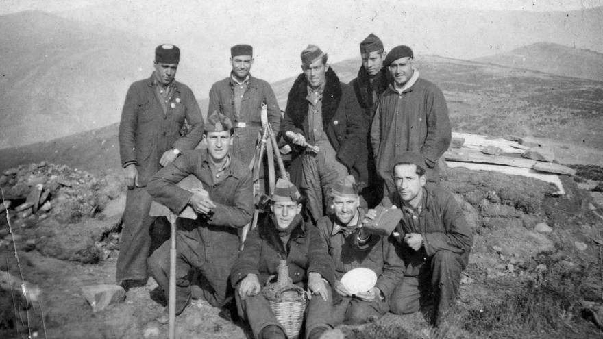 Combatientes nacionales fotografiados en la cima del Cocoto, cerca de Barruelo.   Archivo Fernando Cuevas