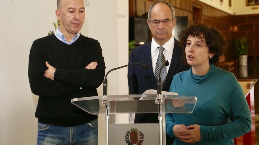 El portavoz de CHA, Carmelo Asensio; el presidente de CEPES Aragón, Felipe Gómez, y la concejala de Educación e Inclusión, Arantza Gracia