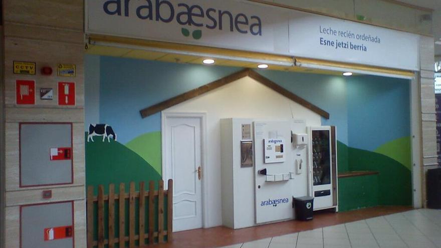 En la imagen , una de las máquinas expendedoras de Arabaesnea donde los clientes rellenaban las botellas.