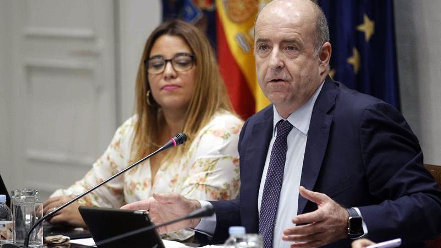 El consejero de Economía del Gobierno de Canarias, Pedro Ortega, durante su comparecencia hoy en comisión parlamentaria.
