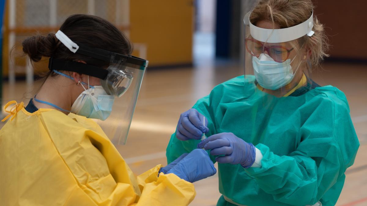 Sanitarios trabajando durante las pruebas de cribado de COVID-19