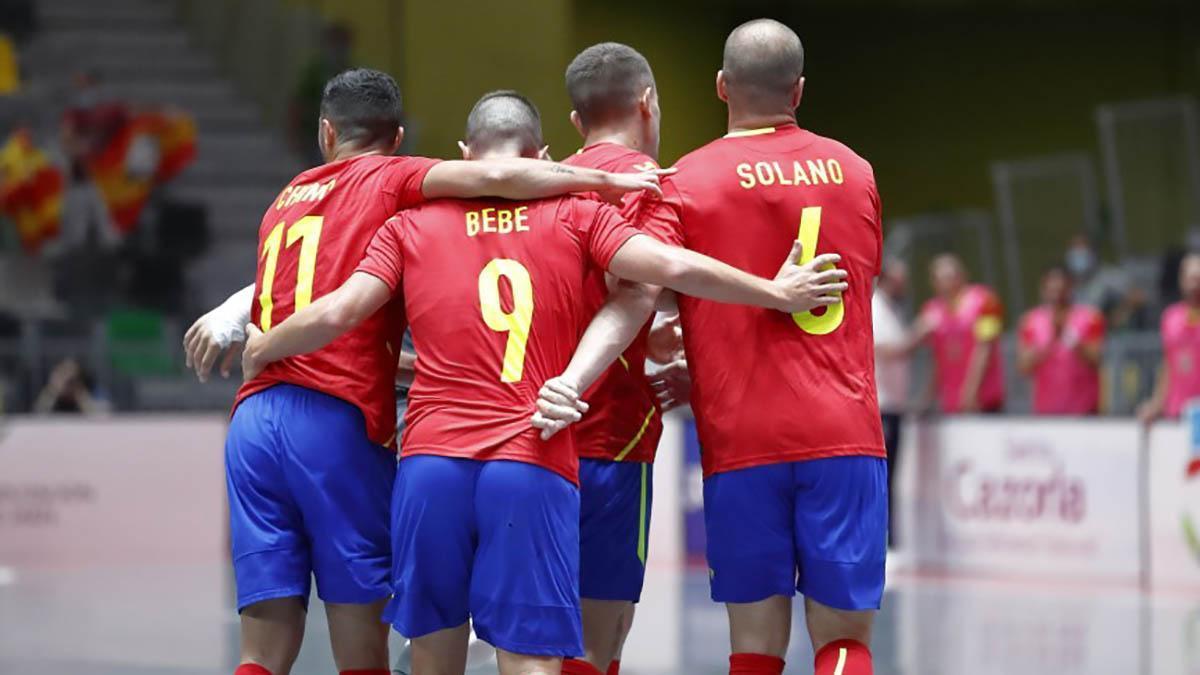 Bebé y Solano celebrando uno de los goles de España