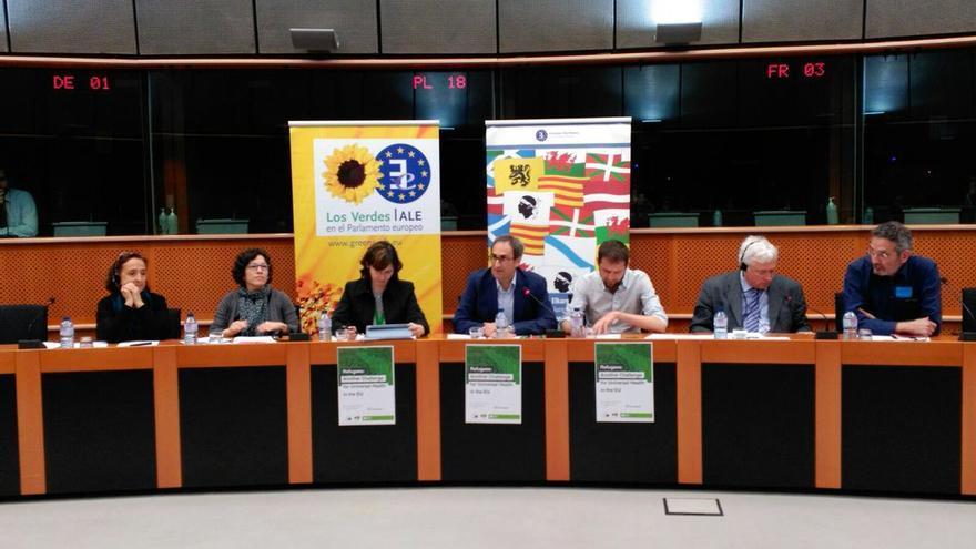El eurodiputado de Compromís, Jordi Sebastià, en el centro de la imagen, en la mesa redonda sobre refugiados