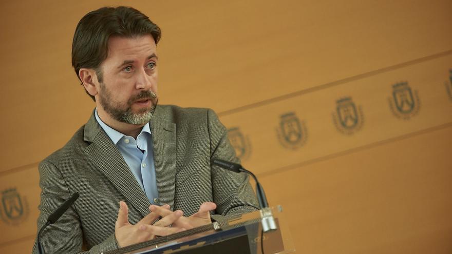 Alonso también arremetió contra Manuel Domínguez (PP), al que no se ve en el palacio insular