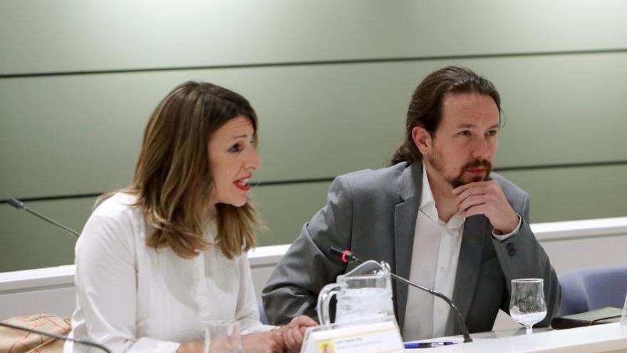 La ministra de Trabajo, Migraciones y Seguridad Social, Yolanda Díaz, y el vicepresidente segundo del Gobierno, Pablo Iglesias, durante su reunión con representantes de las organizaciones agrarias Asaja, COAG y UPA, este martes en Madrid.