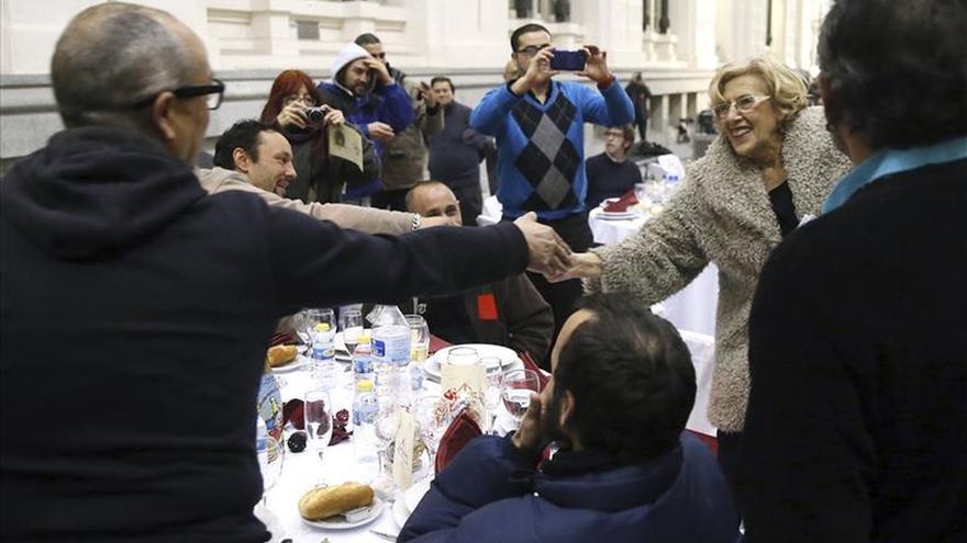 """Manuela Carmena brinda por la paz con 200 """"sintecho"""" en el Palacio de Cibeles"""