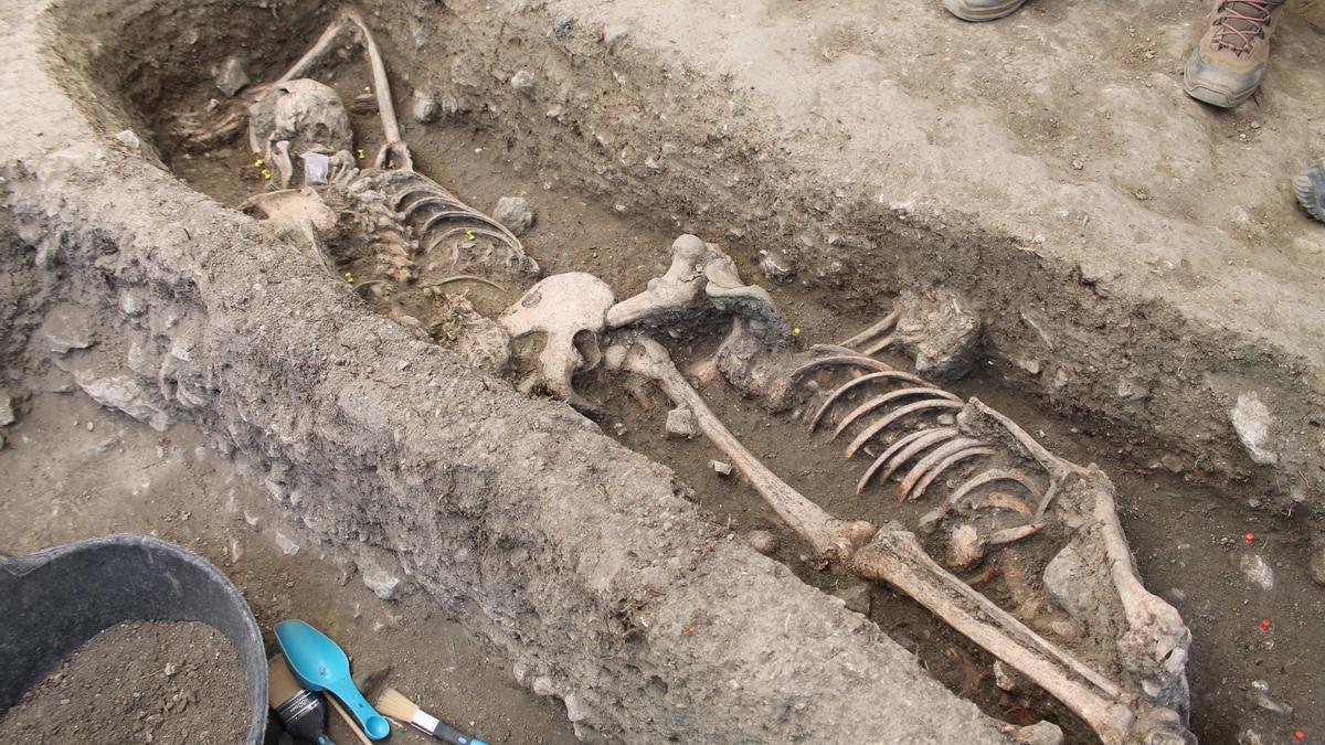 Los trabajos han permitido localizar ya varios cuerpos, pero el presupuesto solo permite continuar la excavación hasta el 5 de junio