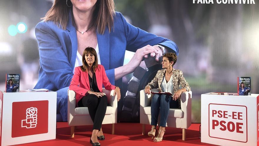 Idoia Mendia y María Chivite durante la presentación del libro de Mendia en Bilbao