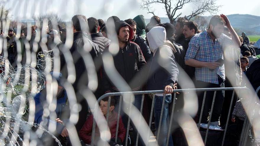 Un grupo de refugiados espera para poder cruzar la frontera entre Grecia y Macedonia. Imagen de archivo.