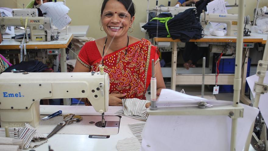 Guddiya Subbash en su puesto de trabajo. Copyright: Creative Handicrafts
