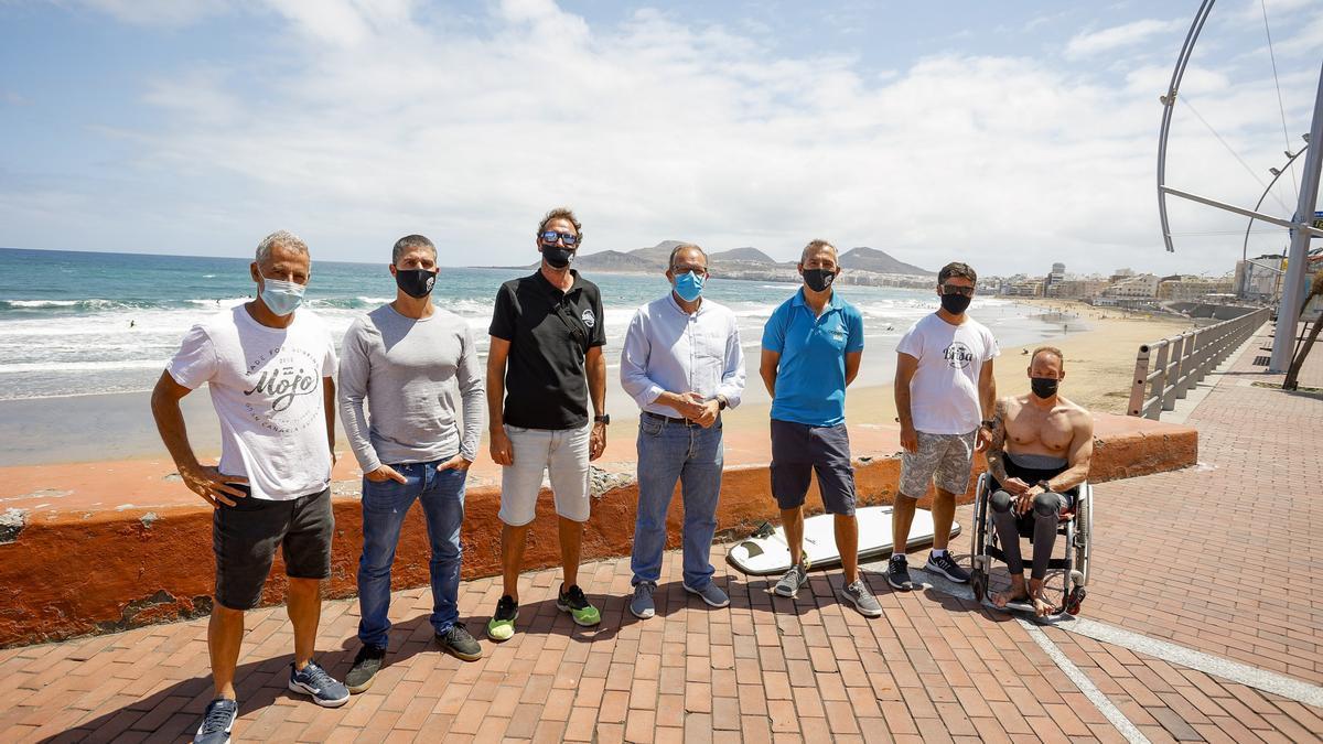 El concejal de Ciudad del Mar del Ayuntamiento de Las Palmas de Gran Canaria, José Eduardo Ramírez, junto a representantes de la Federación de Surf y la Asociación de Escuelas de Surfing de Gran Canaria.