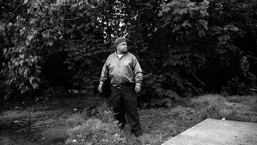 """Los padres de Obdulio Salvador de León salieron de Guatemala hacia el norte para huir de las amenazas que recibió su padre cuando ganó las elecciones municipales de su pueblo, en el departamento de Petén. Residente legal en Estados Unidos, Obdulio es el líder local de la patrulla ciudadana conocida como los Guardian Angels de Brentwood. El grupo surgió en esta ciudad como respuesta a la violencia de las pandillas vivida durante los últimos meses. Obi One, como se le conoce dentro del grupo, cree que la MS tiene mucha fuerza en Brentwood """"pero que no es como allá, en El Salvador, donde la policía les teme""""."""