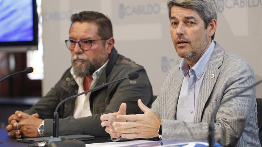 El consejero de Turismo del Cabildo de Tenerife, Alberto Bernabé (d), y el presidente de la Asociación de Cetáceos Sur de Tenerife, Higinio Guerra