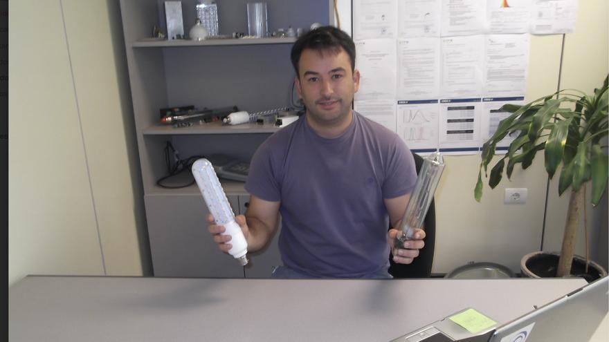 Adán Rodríguez Rocha muestra sus lámparas. FOTO CEDIDA POR LA RESERVA DE LA BIOSFERA.