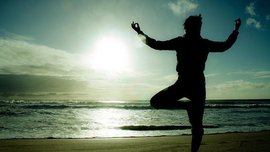 La práctica del yoga proporciona beneficios para la salud / Mish Sukharev