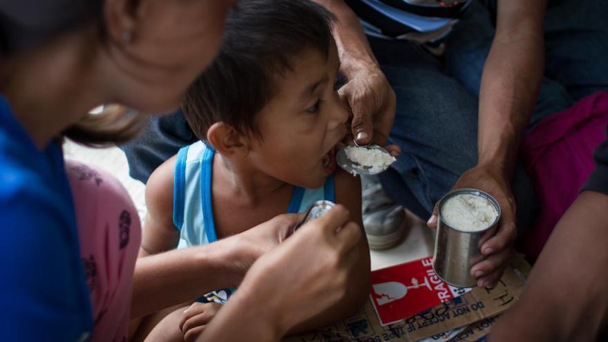 Familias evacuadas y niños del tifón Yolanda reciben las primeras y más básicas ayudas del gobierno y las organizaciones internacionales en Tacloban el 13 de noviembre de 2013./ Fotografía: Acción contra el Hambre/Daniel Burgui