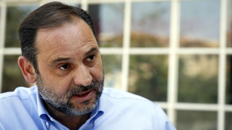 """Ábalos pide a Rajoy reunir a fuerzas constitucionalistas """"si tiene 5 minutos"""""""