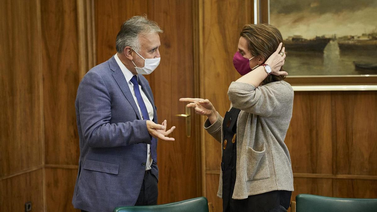 El presidente de Canarias, Ángel Víctor Torres, durante una reunión con la ministra para la Transición Ecológica y el Reto Demográfico, Teresa Ribera, en Madrid, (España), a 2 de marzo de 2021.