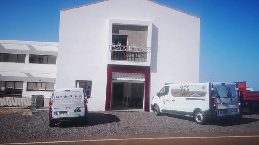Residencia de Mayores en Santo Domingo, en Garafía, y los dos nuevos vehículos del área de Servicios Sociales de la Villa.
