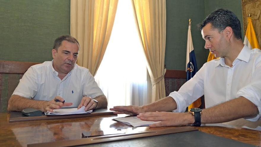 El gerente de Funcatra, Agustín Herrera, y el alcalde de Guía de Isora, Pedro Manuel Martín.