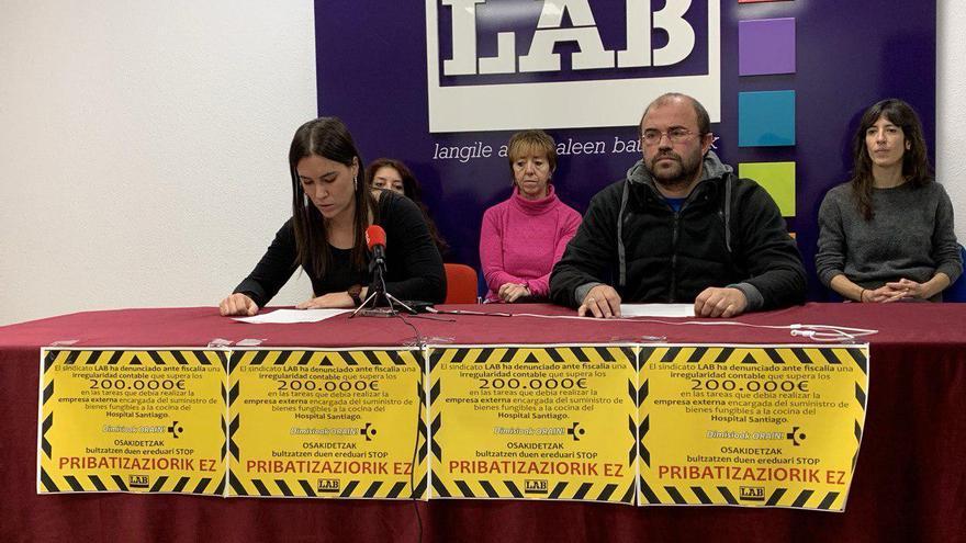 Los delegados de LAB, presentando la denuncia ante la Fiscalía