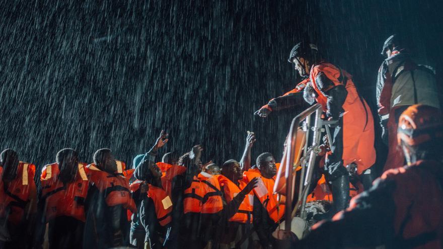 Operarios del buque Aquarius de Médicos Sin Fronteras rescatan una embarcación de migrantes que se dirigía a Italia bajo una fuerte tormenta | Kevin McElvaney - MSF