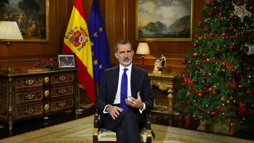 El rey pide vencer el desánimo ante la crisis y soslaya el caso de su padre