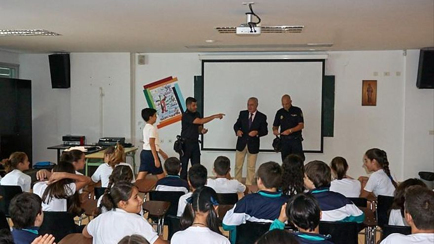 Acto de entrega del carnet a los alumnos del Colegio Santo Domingo de Guzmán que han participado en el programa Ciberexpert@. Foto: Colegio Santa Domingo de Guzmán (La Palmita).